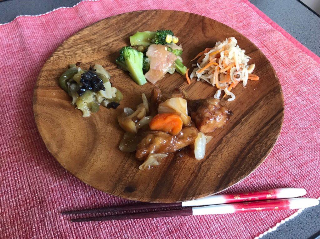鶏唐揚げと野菜の黒酢あんかけプレート盛り
